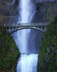 Podul se sprijină şi pe maluri